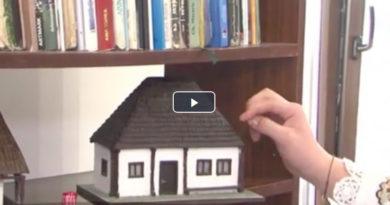 Un tânăr din Mureş recreează din lemn mici case tradiţionale, de pe vremea bunicilor