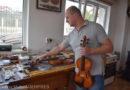 Lutierii din Reghin restaurează gratuit viorile lui Roman Boinaciuc pentru a le reda sunetul