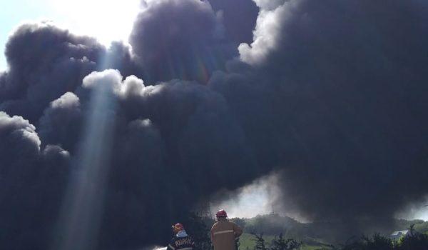 Incendiu de vegetație uscată și cauciucuri, la Corunca