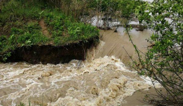 Două familii, evacuate la Sânpaul după ruperea unui dig de pe râul Mureş