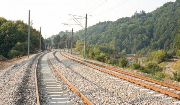 Aproape 100 de km de cale ferată între Braşov şi Sighişoara vor fi modernizaţi. Când se va putea circula cu 160 km/h