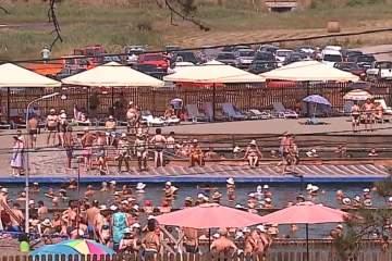 (Video) Ştrandul Ideciu adună zilnic mii de turişti din toate colţurile ţării, veniţi pentru relaxare şi tratament