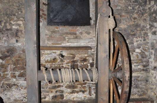 Piatra atârnată la gâtul celor puşi la stâlpul infamiei, piesă unică, păstrată la Sighişoara