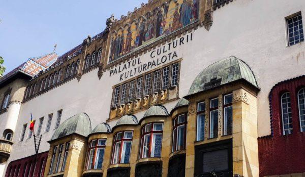 Un perete al Palatului Culturii, deteriorat de ploi