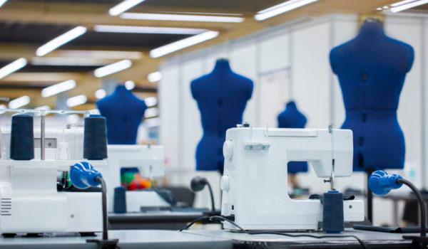 Masa de călcat, tiparele de croitorie și mașina de cusut – de nelipsit din atelierul de croitorie