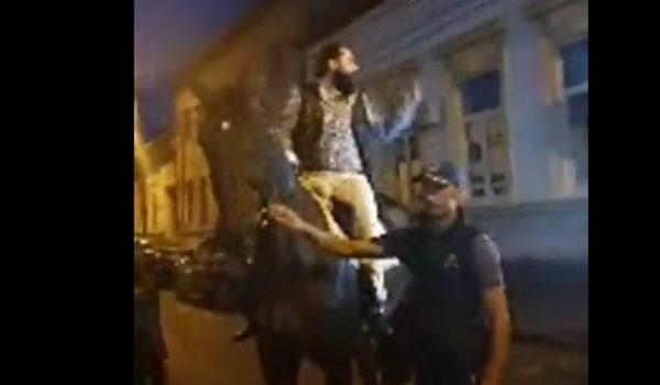 (Video) Şocant. Pe cal prin faţa Poliţiei din Târgu Mureş