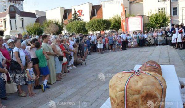 Pâine sfinţită de preoţi catolici, reformaţi, unitarieni şi evanghelici, împărţită la Târgu Mureş de Ziua Ungariei