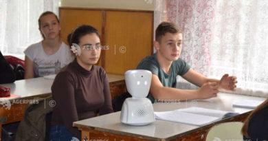 O elevă bolnavă de cancer participă la ore din spital cu ajutorul unui roboţel