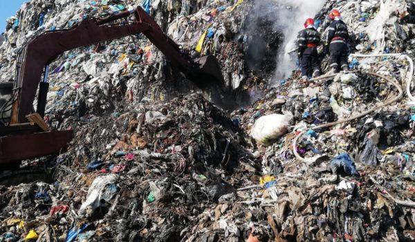 Groapa de gunoi de la Sighișoara arde de vineri
