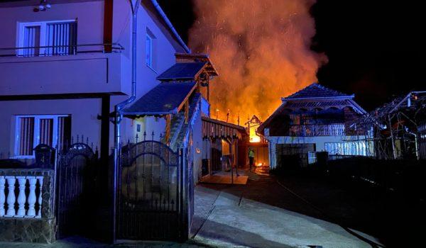 (Foto) Un garaj și 4 tone de grâu au ars la Iernut