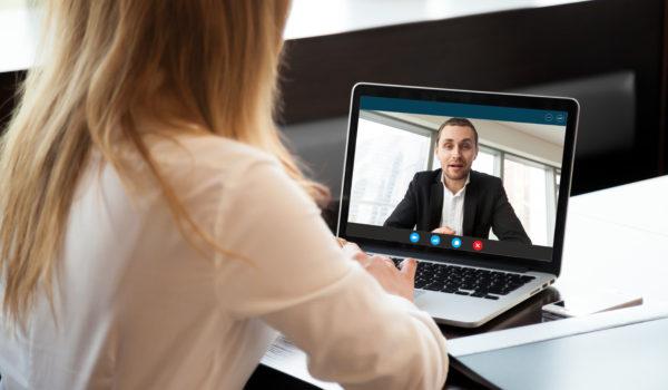 Cum să vă faceți remarcat la un interviu de angajare online